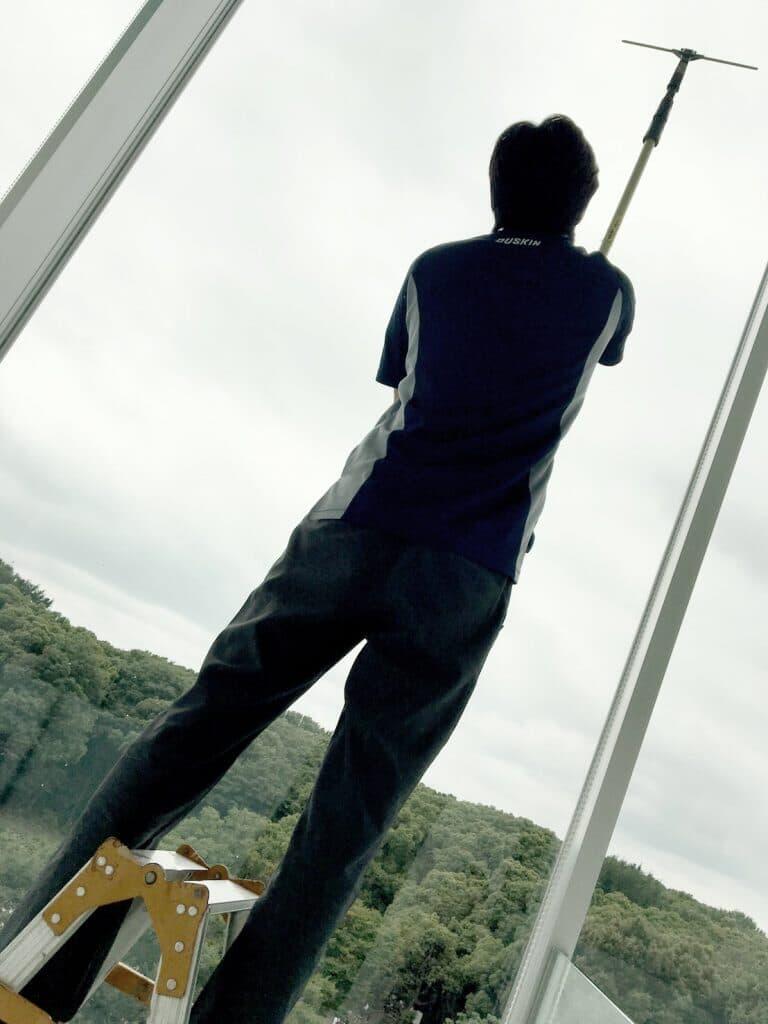 東京、原宿で一番クリーンな医療脱毛クリニックを目指して窓のお掃除