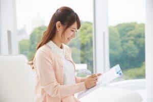 脱毛の同意書を読む女性